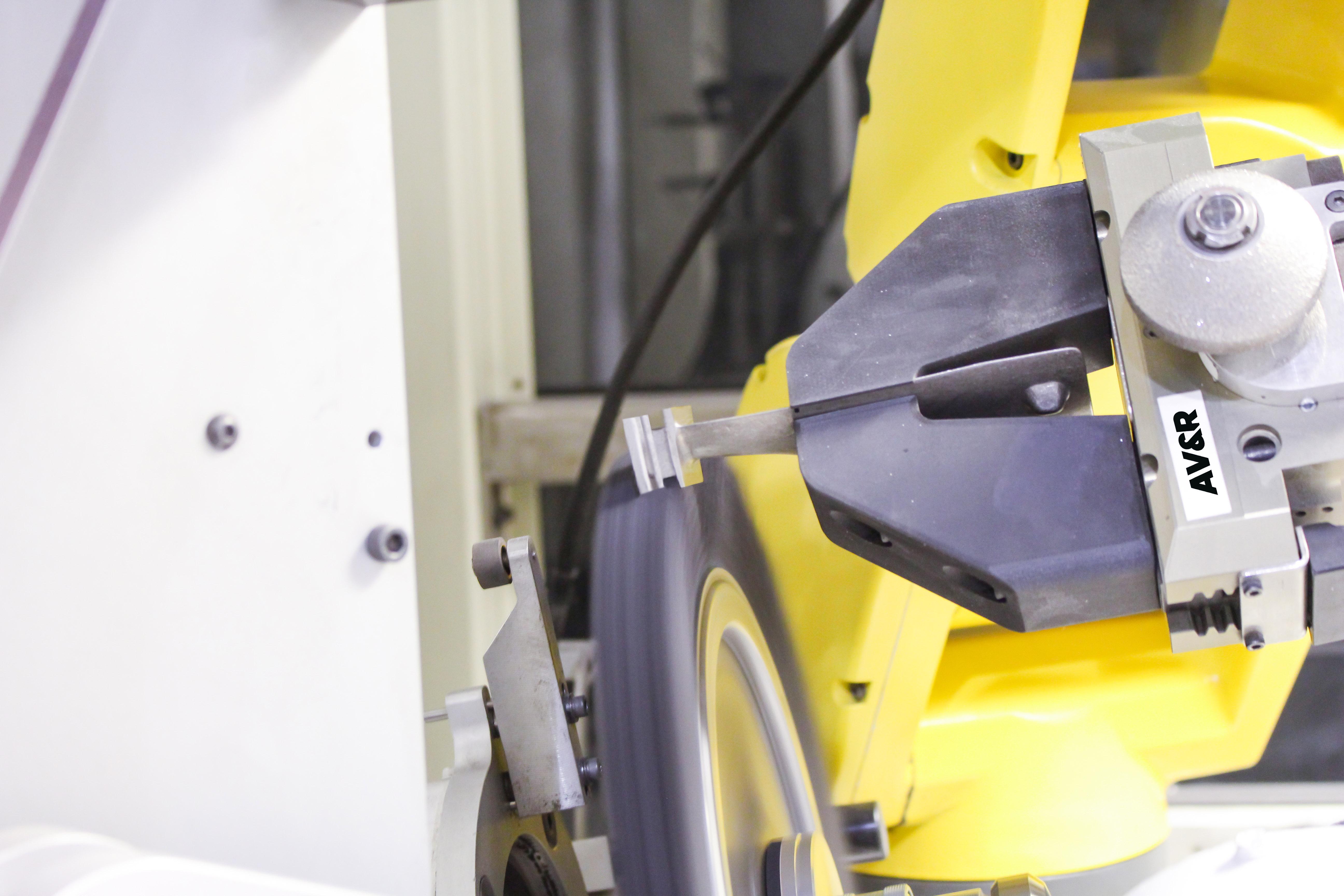 Système robotisé d'ébavurage d'AV&R